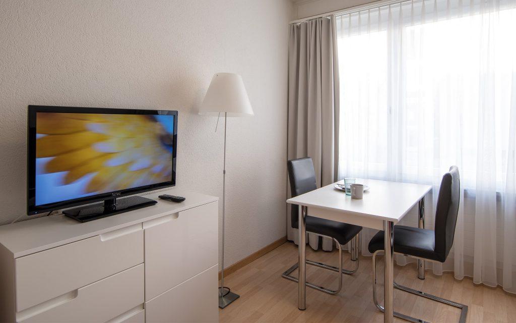 Wohnzimmer / Esszimmer mit TV